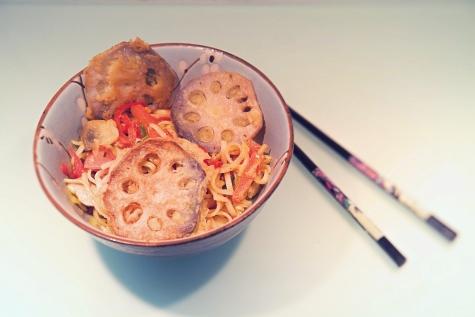 Frittierte Lotuswurzel Nudeln asiatisch